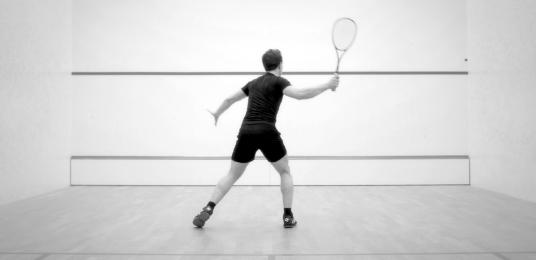 Homme jouant au squash